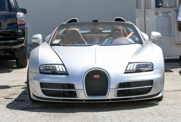 Vidáman viszi mindenhova a Bugattit