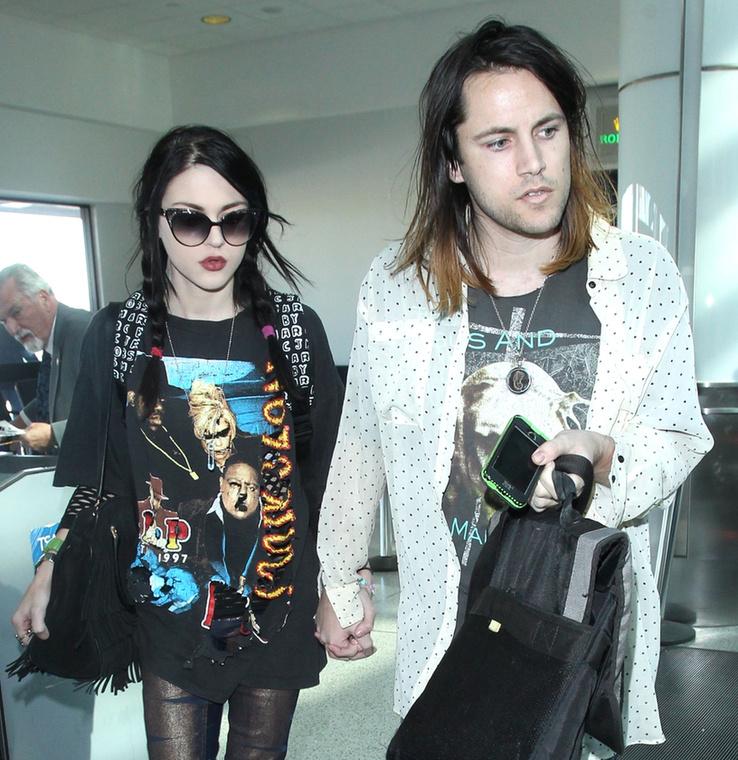 Cobain lánya most 22 éves, és apja barna hajú hasonmásával jár