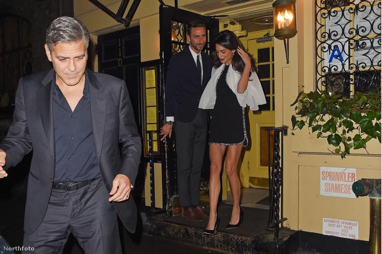 Amal Clooney megint csodaszép és elegáns volt, kilométeres lábai pedig azonnal feltűnést keltettek, még az ajtóban álló őr is áldozatul esett a látványnak.