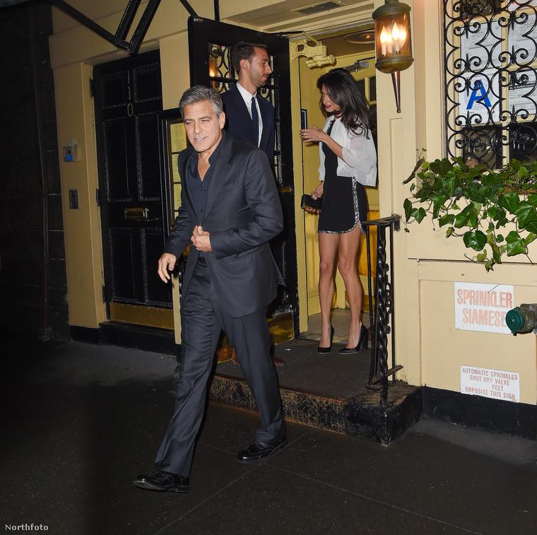 George Clooney és gyönyörű felesége New York West Village negyedében vacsorázgatott, majd a Babbo Ristorante épületéből kilépve szembesültek a fotósokkal.