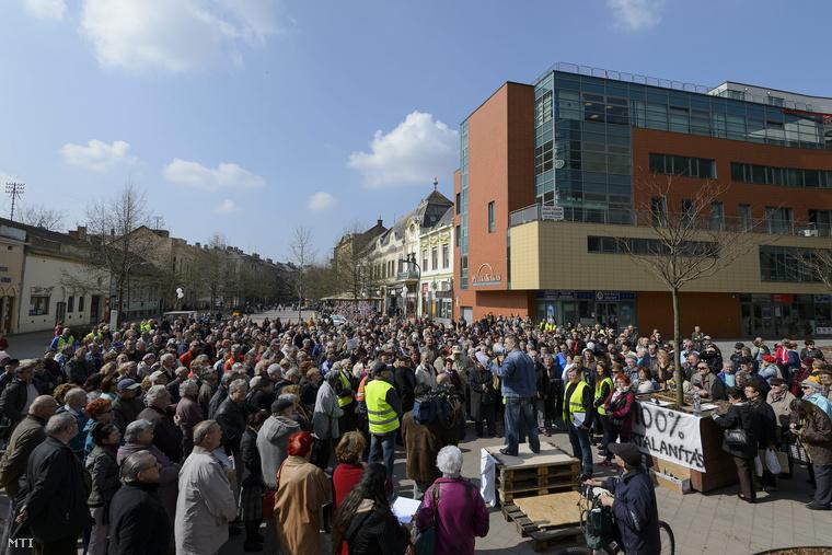 Quaestor-károsultak demonstrációja a debreceni Csapó utcában 2015. március 29-én.