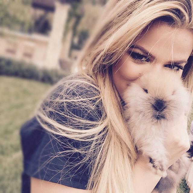 A húsvéti Instagram-termés egyértelmű legjobbja Khloé Kardashian képe ezzel a cuki nyúllal.