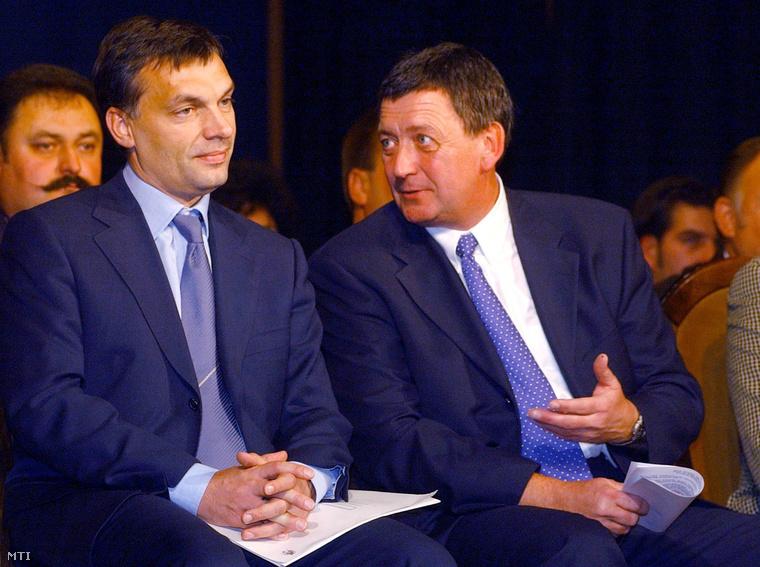 Orbán Viktor (b) és Czira Szabolcs a nagykőrösi Arany János Művelődési Központban 2002. október 8-án.