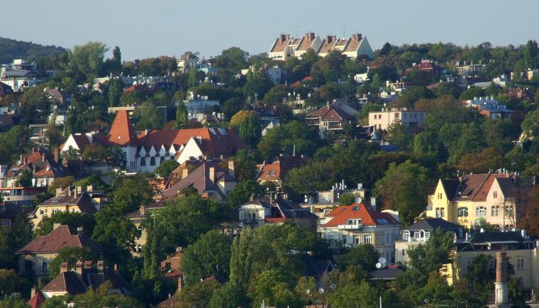Rózsadomb és mögötte Szemlőhegy. A piros tetős fehér épület az Áldás utcai iskola