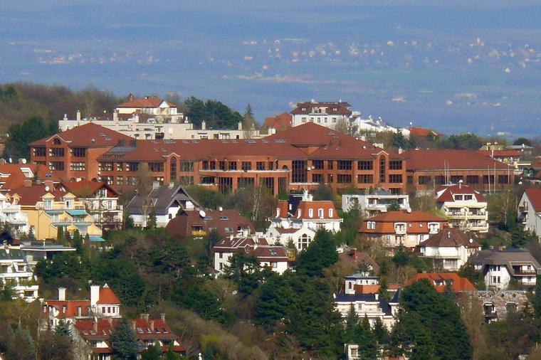 Vérhalmi házak, középen a Móricz Zsigmond Gimnázium épülete