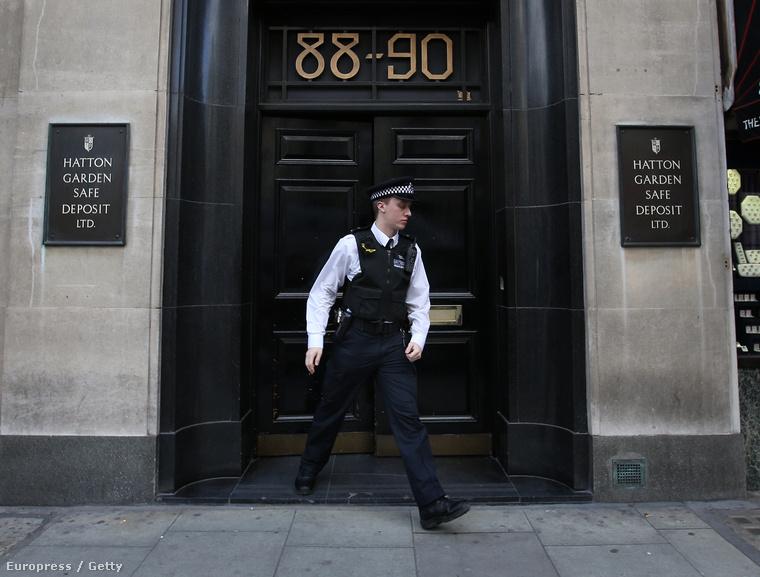 Rendőr áll az épület előtt, ahol a betörés történt