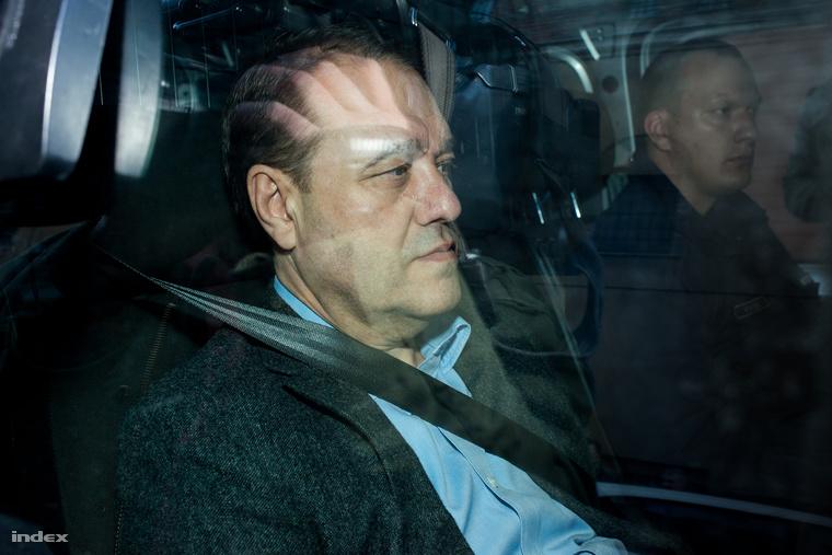 Tarsoly Csaba rendőrautóban ül az előzetes letartóztatásáról szóló bírósági tárgyalása előtt, a Gyorskocsi utcánál.