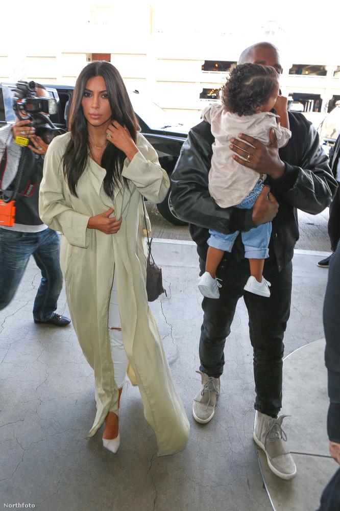 Itt meg hirtelen átvette tőle a gyereket a rapper, bár ezt Kardashian láthatóan nem vette észre, mert még mindig furán tartja a karját.