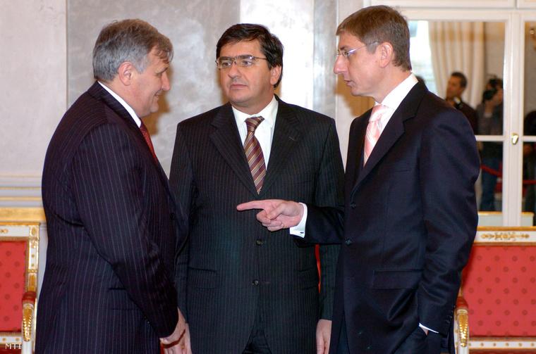 Gyurcsány Ferenc miniszterelnök (j) Veres János pénzügyminiszter (k) és Puch László az Országgyűlés gazdasági bizottságának elnöke beszélget a Sándor-palotában (2007).