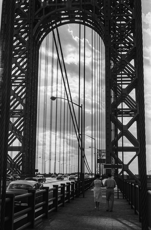 A hídon át | Through the Bridge, New York, USA, 1958                               zselatinos ezüst nagyítás | gelatin silver print, 2015                               62 x 98 cm