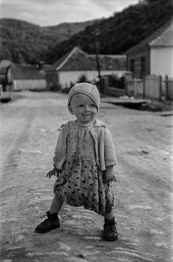 Gyerek, Mátra, Magyarország   Child, Mátra Mountain, Hungary, 1953                               zselatinos ezüst nagyítás   gelatin silver print, 2015                               37,5 x 58 cm