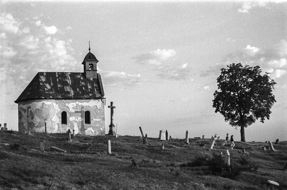 Rókus kápolna, Eger, Magyarország   Rókus Chapel, Eger, Hungary, 1956                               zselatinos ezüst nagyítás   gelatin silver print, 2015                               48 x 31 cm