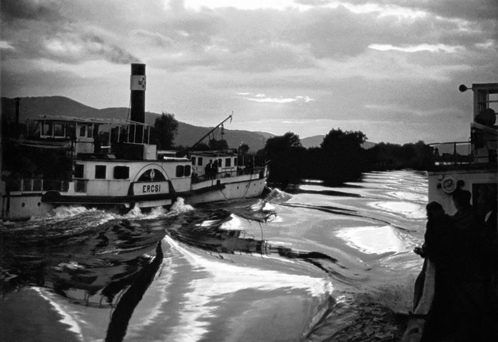 Ercsi, Visegrád, Magyarország   Boat named Ercsi, Visegárd, Hungary, 1952                               zselatinos ezüst nagyítás   gelatin silver print, 2015                               46,5 x 36 cm
