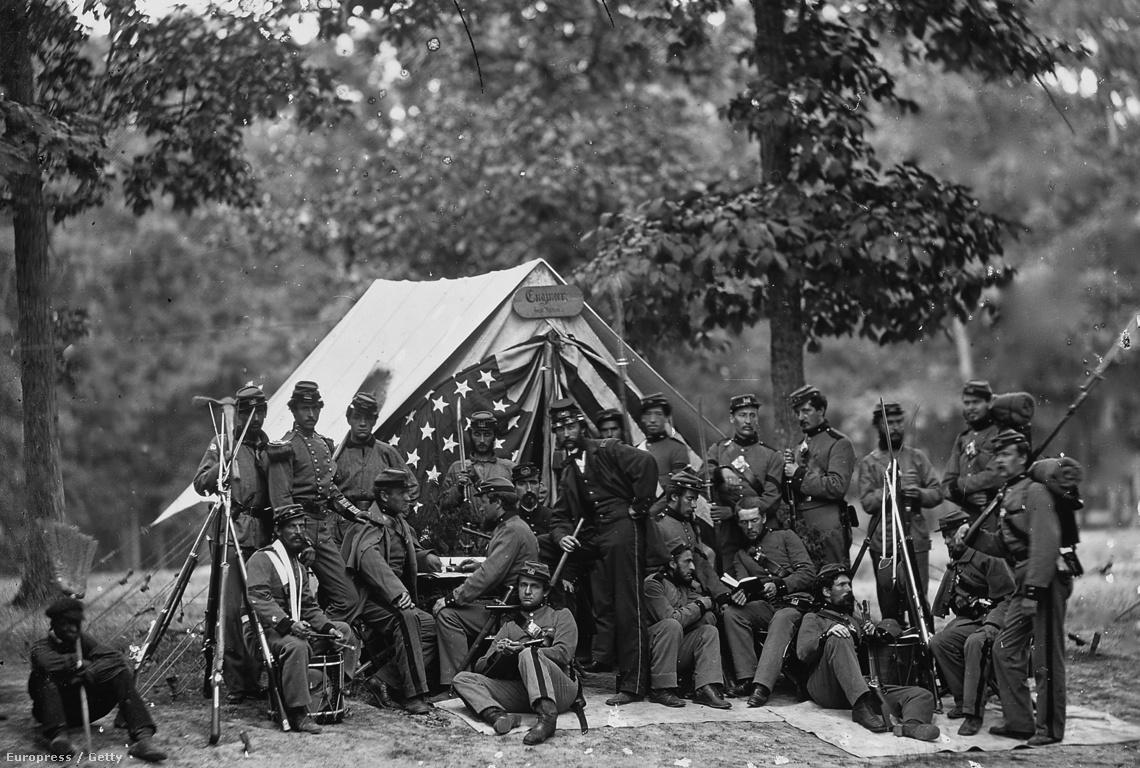 Egy fotó a New York-i 9. hadmérnök csapatról, pihenő közben.