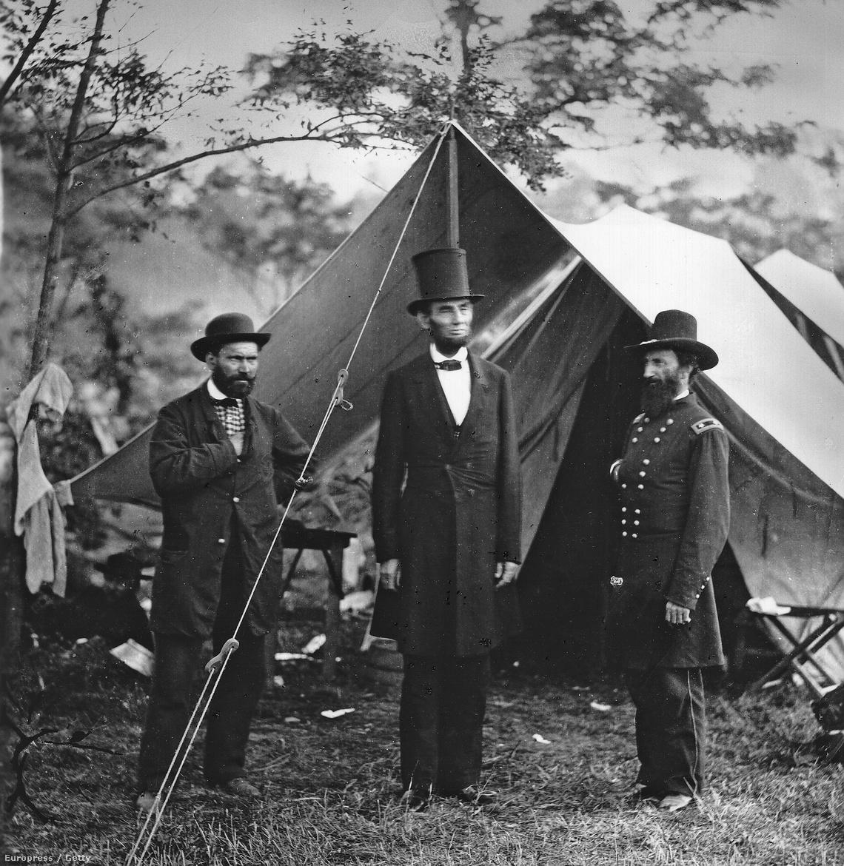 Abraham Lincoln, John Alexander Mcclernand és Allan Pinkerton a sátruk előtt Marylandben.