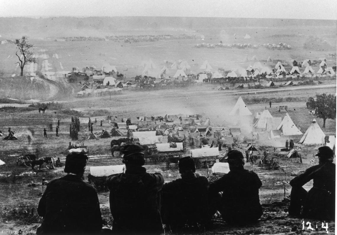 Katonák egy dombtetőről nézik a táborhelyük építését Richmond mellett.