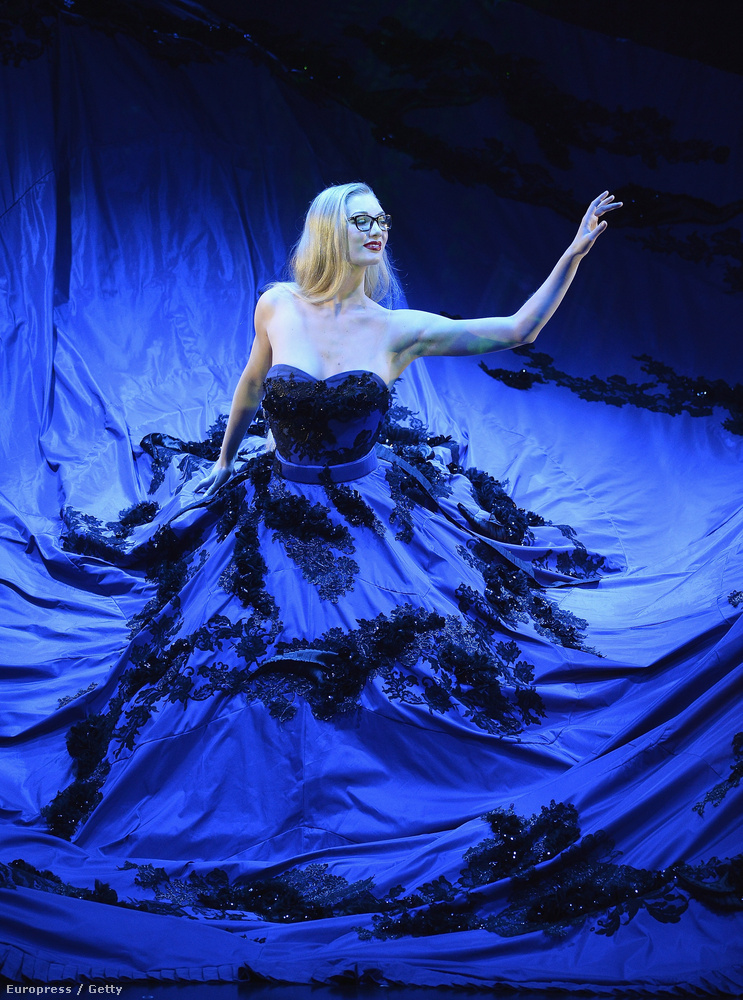 Ő pedig Charlène Klemm, a Lido egyik leghíresebb táncosa, 5 éve a társulat tagja, egyébként balett táncosnőnek készült.