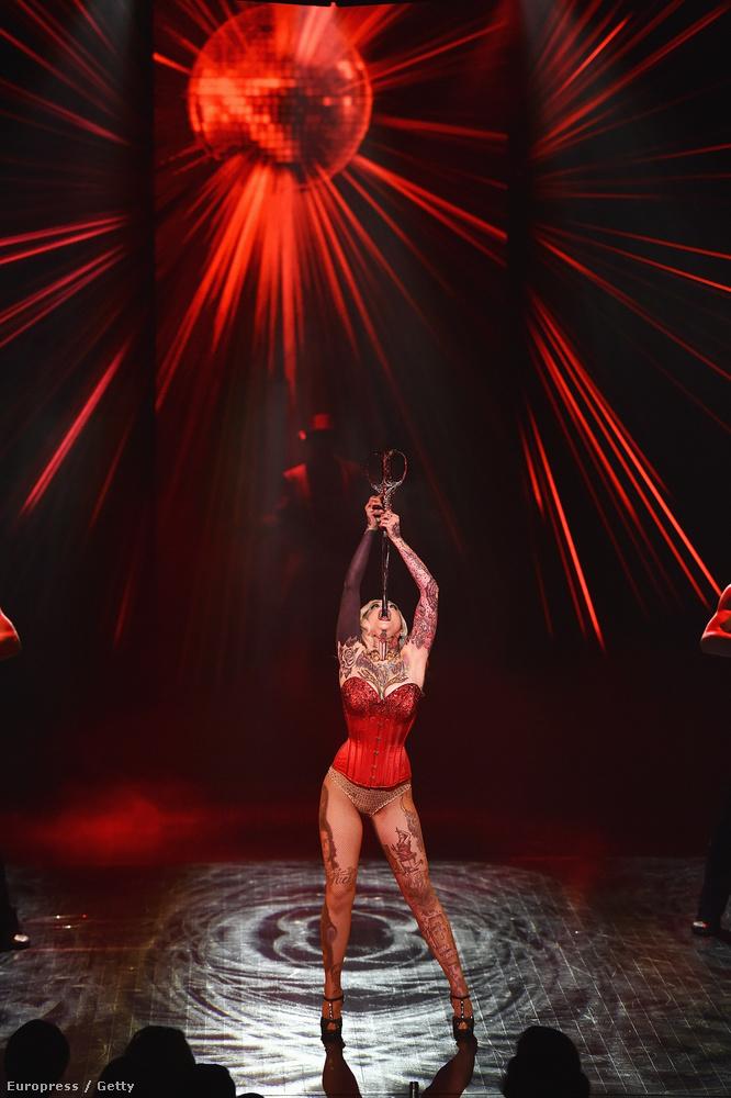 De klasszikusabb cirkuszi számok is vannak az új revüben, mint például a kardnyelő.