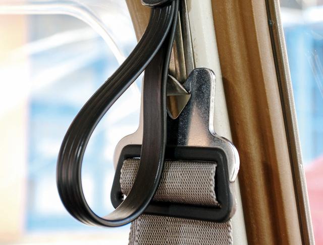 A vékony B oszlopon csak az akasztója van a biztonsági övnek, a rögzítési pont a hátsó ablak alá került