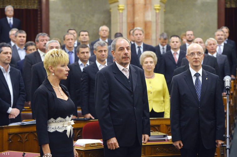 Czine Ágnes, Sulyok Tamás, ás Varga Zs. András (b-j) megválasztott alkotmánybírók esküt tesznek az Országgyűlés plenáris ülésén 2014. szeptember 24-én