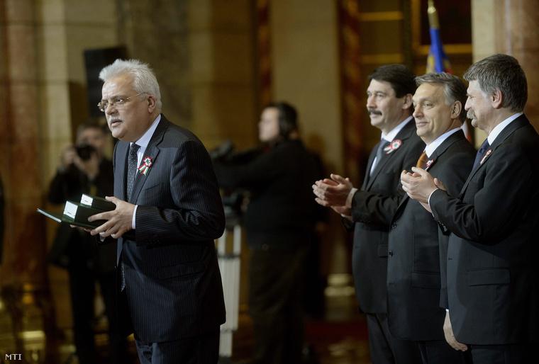 Paczolay Péter az Alkotmánybíróság volt elnöke miután átvette a Magyar Érdemrend középkeresztje a csillaggal polgári tagozata kitüntetést március 15-én