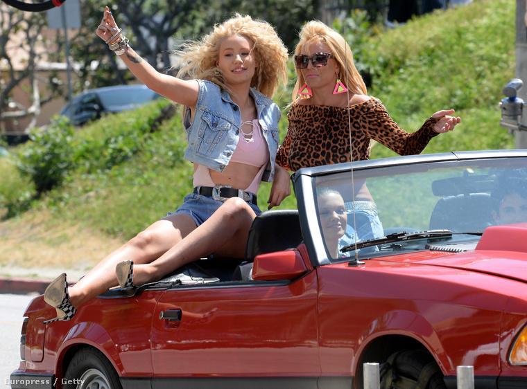 Azon túl, hogy ez most itt a nap, a hét, sőt az év lapozgatója, csak annyit tudunk elmondani a képekről, hogy Iggy Azalea és Britney Spears szerepel rajtuk 80-as évekbeli szettekben, és a közös(!) videóklipjük forgatásán készültek.