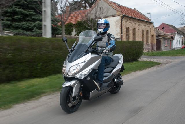 A kéthengeres rezgéseit nem kiegyensúlyozótengellyel érik el, hanem a két dugattyúhoz képest ellentétesen mozgó tömeggel - hasonló megoldást alkalmazott a BMW az F 800 sorozatnál