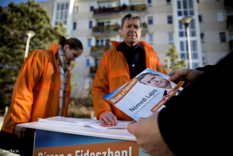 Némedi Lajos, a város fideszes alpolgármestere kampányol az időközi választás előtt Veszprémben