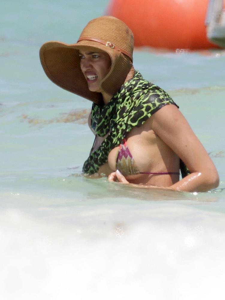Irina Shayk meg elfelejtette, hogy nagy a melle, és megpróbálta belegyömöszölni ebbe a pici bikinibe