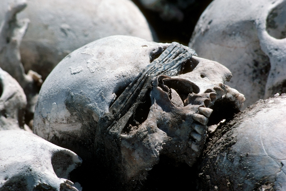 A bukásuk után a vörös khmerek vezetői elmenekültek, és ellenálló mozgalomként Kambodzsa nyugati részén, a thai határ környéki hegyvidéken egészen a kilencvenes évekig aktívak maradtak. A felelősségre vonás nagyon sokáig késett. A Második Számú Testvért, a vörös khmerek fő ideológusát, Noun Cheat, 2007-ben állították bíróság elé, háborús és emberiség elleni bűncselekményekért életfogytiglanra ítélték. A bíróság előtt ártatlannak vallotta magát. Az S-21 börtön vezetőjét, Kang Kek Iewet ugyanekkor ítélték el, több rendbeli gyilkosságért, kínzásért és emberiség elleni bűncselekményekért 35 év börtönt kapott, amiből az ítélet kihirdetésekor már 11-et leült előzetesben. További öt évet vontak le a büntetésből azért, mert a kambodzsai törvények nem engedik az ilyen hosszú, ítélet nélküli előzetest. 2012-ben az ENSZ bírósága életfogytiglanra módosította az ítéletet.                         Pol Pot 1998-ban, 73 éves korában meghalt szívrohamban. Tetteiért sosem vonták felelősségre.