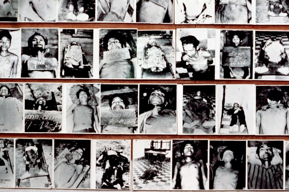 """Az S-21 börtön áldozatainak fotói a ma a borzalmakra emlékező múzeumban. Ide speciálisan a külföldieket, a rendszer árulóit, és legveszélyesebbnek tartott ellenségeit zárták. A börtön nyilvántartása szerint a 15 ezer rabból összesen 7 élte túl a börtönt, az ő neveik mellett a dokumentumokban az """"egyéb hasznosításra áthelyezve"""" felirat szerepel. A kivégzéseket kínzások előzték meg: a körmök letépése, majd a sebekre alkohol öntése; a gyomor felvágása, majd élő skorpiók belehelyezése; áramütés a nemi szervekre; fullasztás vízben és a fejre tekert nejlonzacskóval; élveboncolás, amit a börtön vezetője, a kísérletező kedvű egykori matematikatanár, Kang Kek Iewet olykor személyesen végzett. A börtön egyik ékessége volt az emberi csontokból és koponyákból összeállított, egész falat beborító Kambodzsa-térkép."""