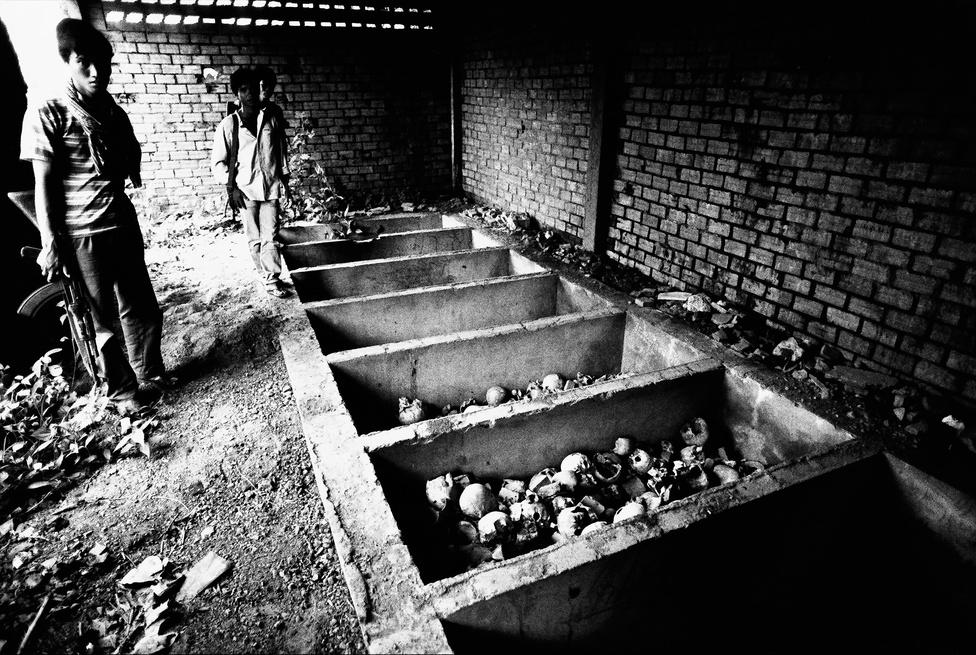 """A kivégzések nem kizárólag a börtönökre és a gyilkos mezőkre korlátozódtak, mindennaposak voltak a nem ideológiai, hanem köztörvényes bűnök elkövetőinél (például a házasságtörőknél) a nyilvános kínzások és kivégzések is. Ehhez nem kellett bizonyíték, tárgyalás, vagy ítélet, elég volt, ha egy kellően magas pozícióban levő vörös khmer gyanúsnak találjon valakit. """"Inkább öljünk meg tíz ártatlant, mint hogy egy bűnös megmeneküljön"""" - szólt a rendszer egyik jelmondata."""