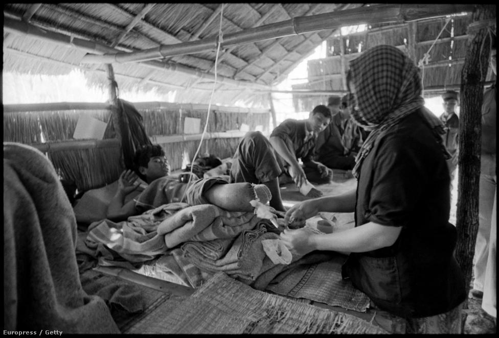 Tábori kórház valahol a vietnami-kambodzsai háború frontján. A vörös khmerek börtöneiben gyakori kivégzési mód volt, hogy az elítéltnek lecsapolták az összes vérét, hogy aztán a hadsereg kórházaiban használják fel vérátömlesztésre. A háború komoly nagypolitikai feszültségeket is szított, mivel Kambodzsát Kína, Vietnamot pedig a Szovjetunió patronálta. Amikor a vietnamiak már nagyon előrenyomultak Kambodzsában, a kínaiak meg is támadták Vietnamot, és felsejlett egy esetleges kínai-szovjet konfliktus lehetősége - alig pár évvel az amerikaiak részvételével zajló vietnami háború lezárása után. Az óriási túlerőben levő kínai sereget azonban a vietnamiak meglepetésszerűen visszaverték, és még vagy tíz évre ottmaradtak Kambodzsában is.