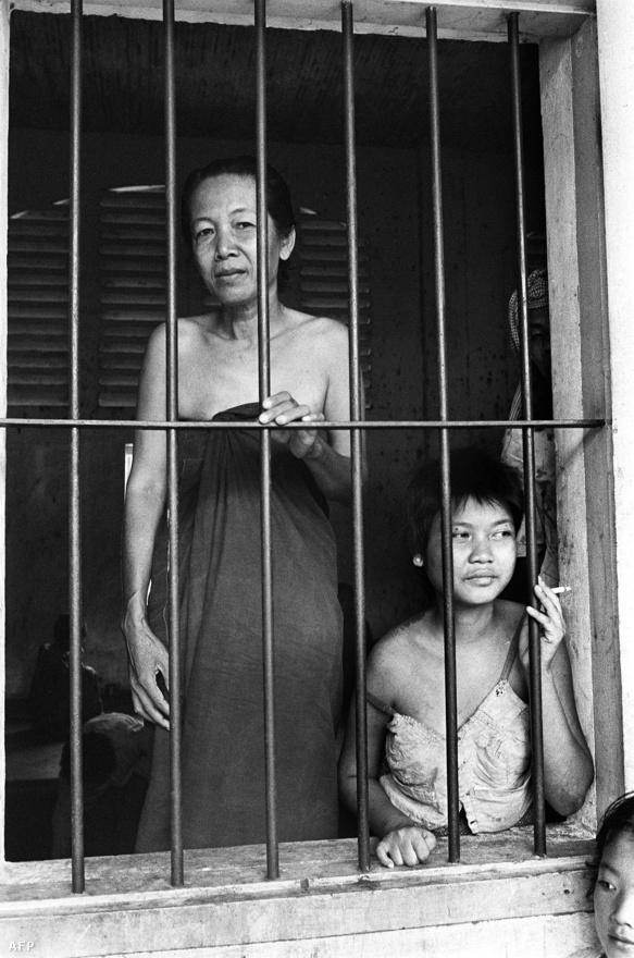 """A népirtás első állomása a börtön volt, amiből összesen 196-ot üzemeltettek a vörös khmerek. Itt válogatott kínzásokkal csikartak ki vallomásokat a gyanúsnak ítélt emberekből. Miután bevallották, hogy az amerikai vagy a szovjet titkosszolgálatnak dolgoznak, a hírhedt gyilkos mezőkre vezényelték őket, ahol eleinte lőfegyverrel zajlottak a tömeges kivégzések, később egyszerűen vascsövekkel verték agyon a végletekig legyengült rabokat az őrök, majd tömegsírokban kaparták el a maradványokat. Ha valakit kivégeztek, az automatikusan a családtagjainak is halálbüntetést jelentett, beleértve a gyerekeket is. """"A gyomot gyökerestük kell kitépni"""" - szólt a vörös khmerek jelmondata. A legenda szerint a gyilkos mezőkön ki volt jelölve egy-egy fa, a csecsemők megöléséhez; a gyerekeket úgy végezték ki, hogy a bokájuknál fogva fejjel nekicsapkodták őket a fa törzsének."""
