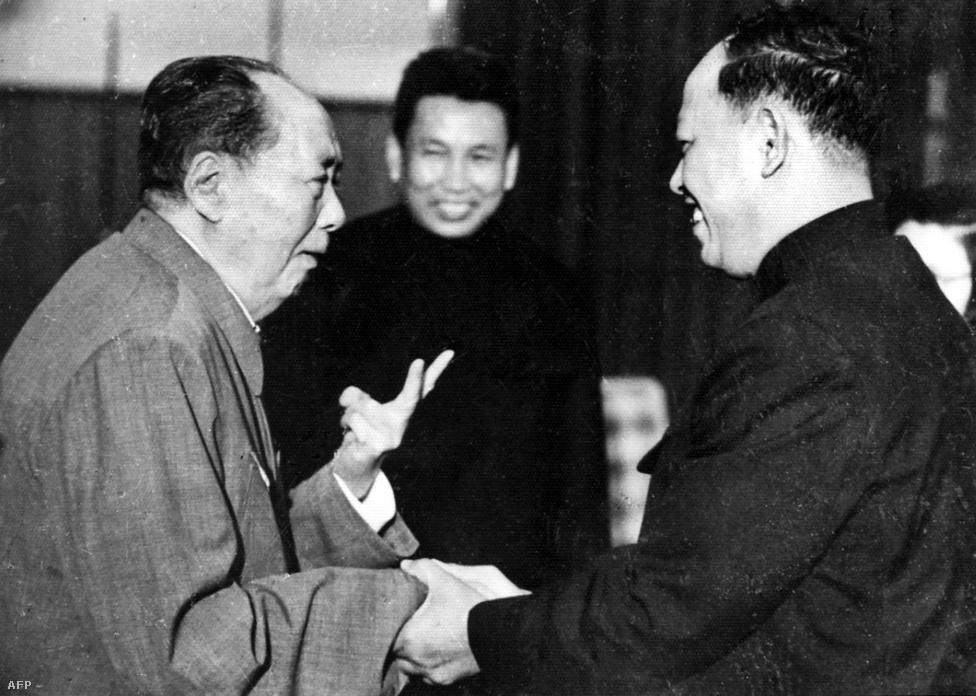 Három ember, aki nagyon sok ember haláláért felelős. Mao Ce-tung, kínai kommunista vezér balra, Pol Pot középen, és a Vörös Khmer harmadik számú vezetője, Ieng Sary, hivatalos megnevezésén Hármas Számú Testvér (Pol Pot volt az Első Számú Testvér) jobb oldalon. A Pol Pot vezette kommunisták 1968-ban hirdettek polgárháborút az addig királyságként működő országban, Kína, és az észak-vietnami kommunisták, a vietkong aktív segítségével. A királyt, Norodom Szihanukot sikerült is elmozdítani a hatalomból, ironikus módon egy amerikaiak által támogatott puccsal, 1970-ben. Ekkor egységkormány alakult, amiben a vörös khmerek is részt vettek. Amikor a szomszédos Vietnamban 1975-ben a kommunisták elfoglalták Saigont, a vörös khmerek Kamodzsában is elérkezettnek látták az időt a hatalomátvételre.
