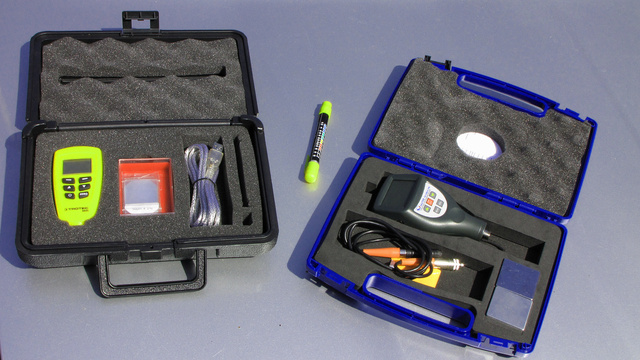Az elektronikus műszereket kis hordtáskában adják, a mágnese-rugós szerkezetnek nem kell ilyesmi, nem sok védeni való van rajta, tartozékai sincsenek