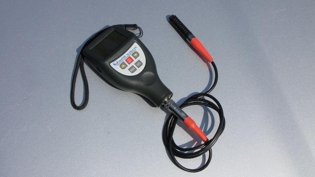 A Sauter TG 1250-0.1FN kalibráló lemezei a dobozba vannak integrálva, adatkábelt külön kell venni hozzá