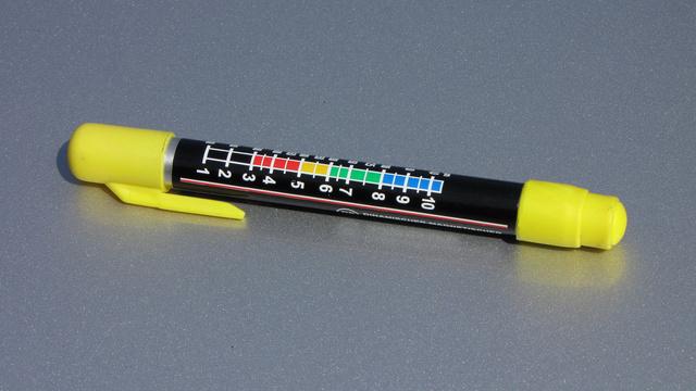 A First Check dinamikus mágneses festékréteg teszter. Gyakorlatilag egy kalibrált rugós erőmérő, végén egy erős mágnessel. Kilencezer forint nem kevés egy ennyire egyszerű eszközért, de fagyipénz, ha azt nézzük, mennyire hasznos
