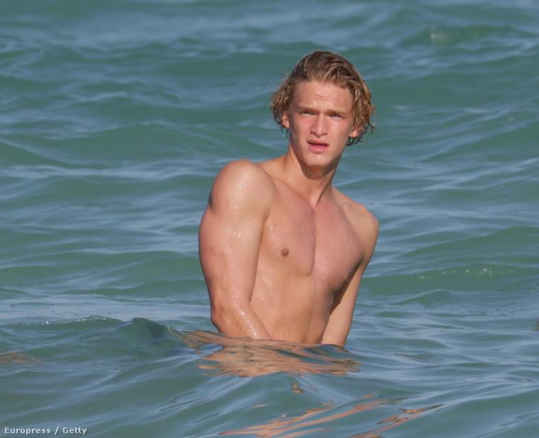 Cody Simpson az óceánban Miamiben