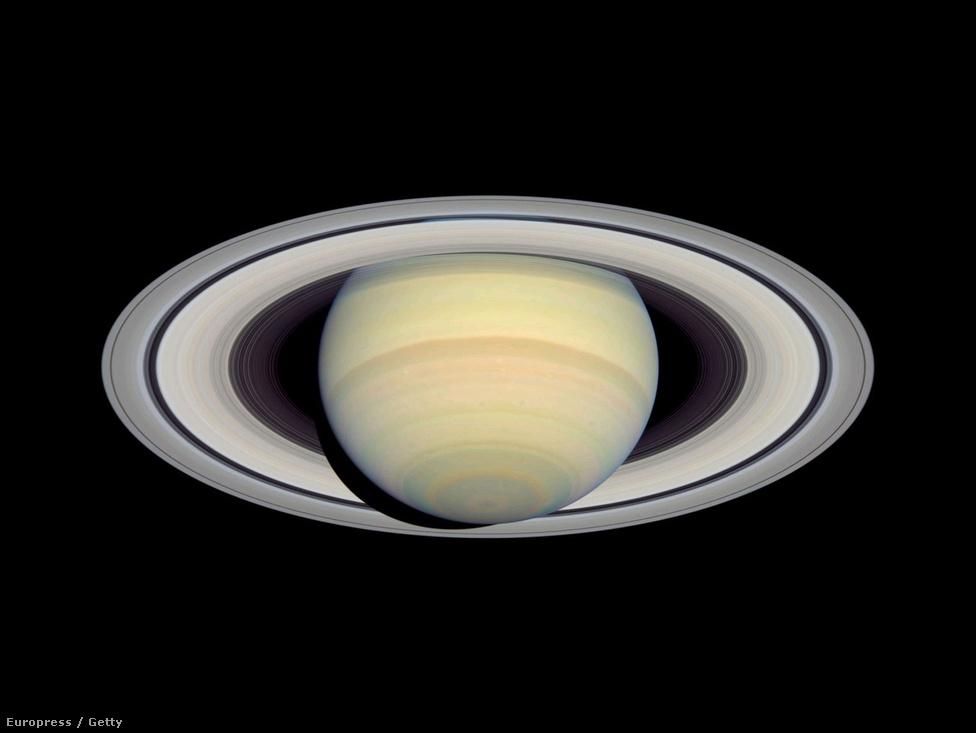 A Szaturnusz és a bolygót körülvevő gyűrűrendszer a Hubble 2004-es felvételén. A kép olyan éles és olyan nagy felbontású, hogy sok különálló gyűrűsávot is meg lehet számolni rajta, korábban ez elképzelhetetlen volt.