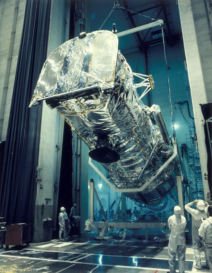 A moduláris felépítésnek később elég komoly szerepe lett az űrteleszkóp életében, bár nem pont úgy ahogy azt a tervezők eleve gondolták. Már az első fényképek során kiderült, hogy valami komoly baj van a Hubble-lel: akárhogy próbálkoztak a kezelők, sehogy sem sikerült a vártnak megfelelően jó képeket készíteni. Hamarosan kiderült, hogy a lehető legbanálisabb hibát sikerült elkövetni: egyszerűen rosszul csiszolták fel a műszer lelkét, a tükröt.