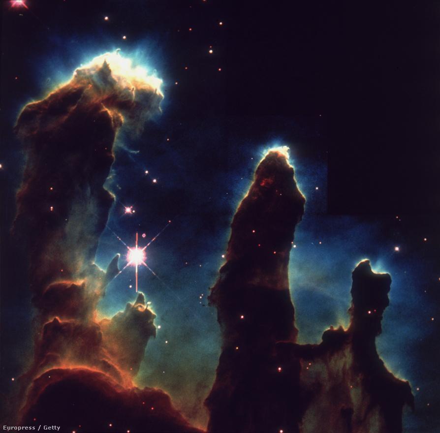 A tudományos kutatásokhoz készített képek időnként egészen megdöbbentően gyönyörűek. Mindegy, hogy a Jupiterbe becsapódó üstökös fotóját, a Teremtés oszlopait, vagy szinte bármelyik másik, híressé vált képet nézzük, a Hubble egyedül többet tett az űrkutatás népszerűsítése érdekében, mint bármi korábban. Elég csak vetni egy pillantást arra a képre, amit a Hubble egy látszólag sötét égterületről készített, és ami megmutatta, hogy még ott is milliónyi idegen galaxis rejtőzik, szóval ennyire vagyunk apró pontok a világegyetemben.