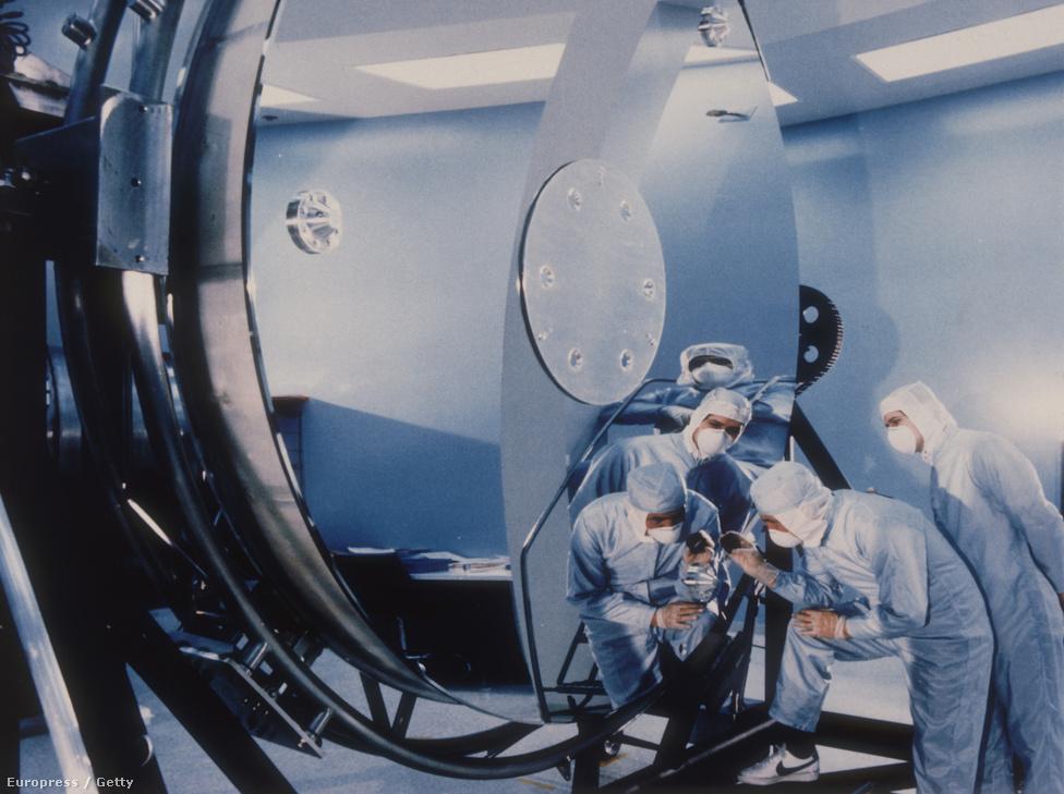 Nem véletlen, hogy a konkrét megvalósulásra 44 évet kellett várni. A busz méretű és súlyú, 2,4 méteres átmérőjű főtükörrel szerelt Hubble például az eredeti 400 millió dollár helyett végül ennek nagyjából négyszeresét emésztette fel, ráadásul úgy, hogy az eredeti terveket a költségvetési harcok során valamicskét lejjebb kellett faragni.  1974-ben született meg a döntés, hogy a teleszkópot moduláris felépítésűnek alkotják meg, vagyis a főrészek fix beépítése mellett egyes alkotóelemeket eleve cserélhetőnek terveztek, végül 1975-ben, már az Európai Űrügynökséggel közösen indult meg az a munka, aminek a végén elkészült az Edwin Hubble amerikai csillagász nevét viselő eszköz. (Spitzerről is neveztek el távcsövet, csak jóval később, 2003-ban, a halála után.)