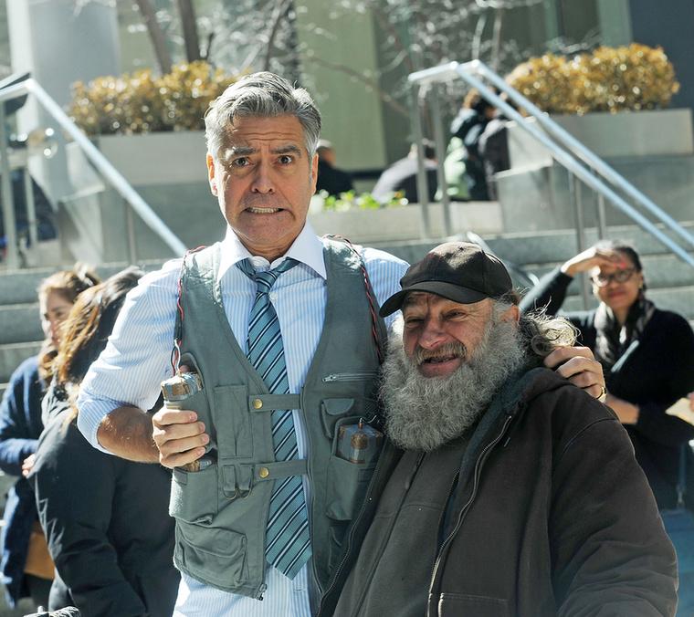 Ki máson állna ennyire jól egy ilyen mellény? Az úriember mellette szintén a film egyik szereplője, akinek nagyon jól sikerült a jelmeze és a sminkje.