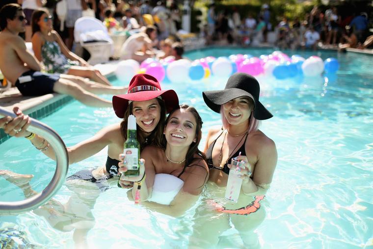 Merthogy vannak külön partyk is medencével.