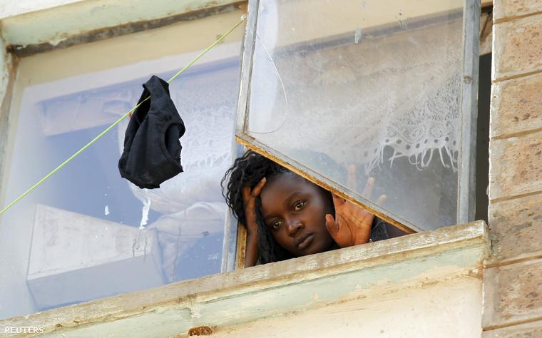 Az egyeetm egyik diákja a Kimberly Kollégium ablakában a robbanás után