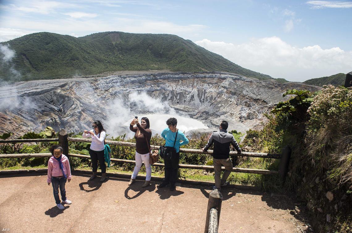 Turisták a Poas vulkán krátere melletti kilátónál