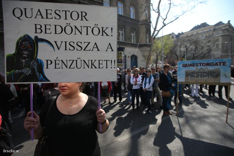 Quaestor-károsultak tüntetése Budapesten