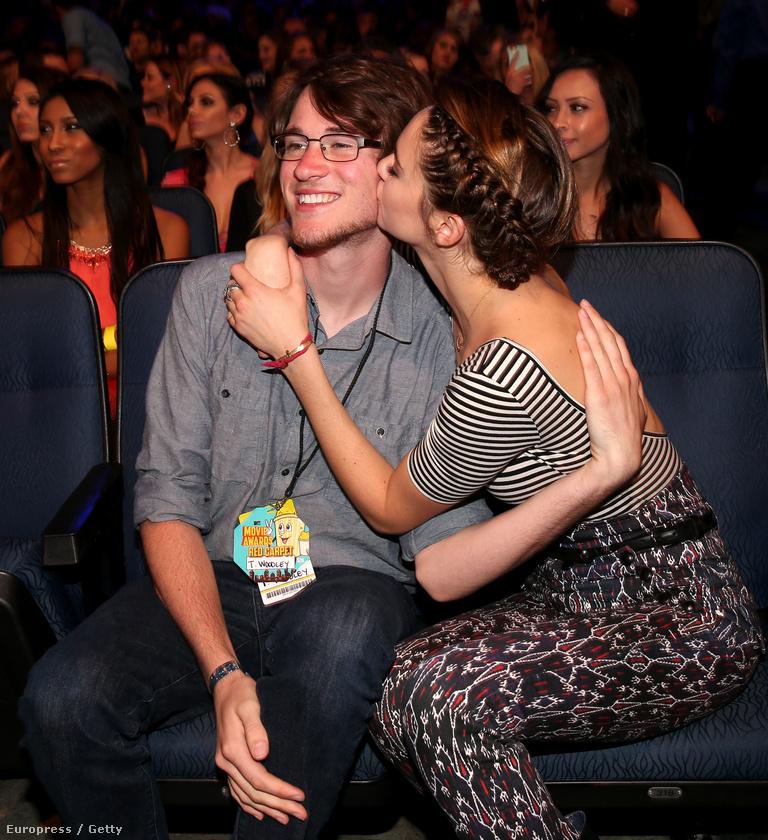 Shailene Woodley színésznő itt a bátyjával, Tannerrel örül annak a négy díjnak, amit kapott.