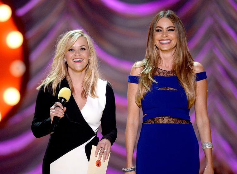 Reese Witherspoon és Sofía Vergara együtt műsorvezettek kicsit.